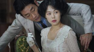 "Ha Jung-Woo e Kim Min-Hee em cena de ""Mademoiselle"", de Park Chan-Wook."