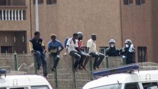 Migrantes africanos aguardam para passar na fronteira do Marrocos com a Espanha.