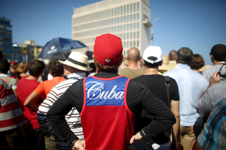 Người dân xếp hàng bên ngoài Sứ quán Hoa Kỳ trong lễ thượng cờ Mỹ tại La Habana, Cuba, ngày 14/08/2015.