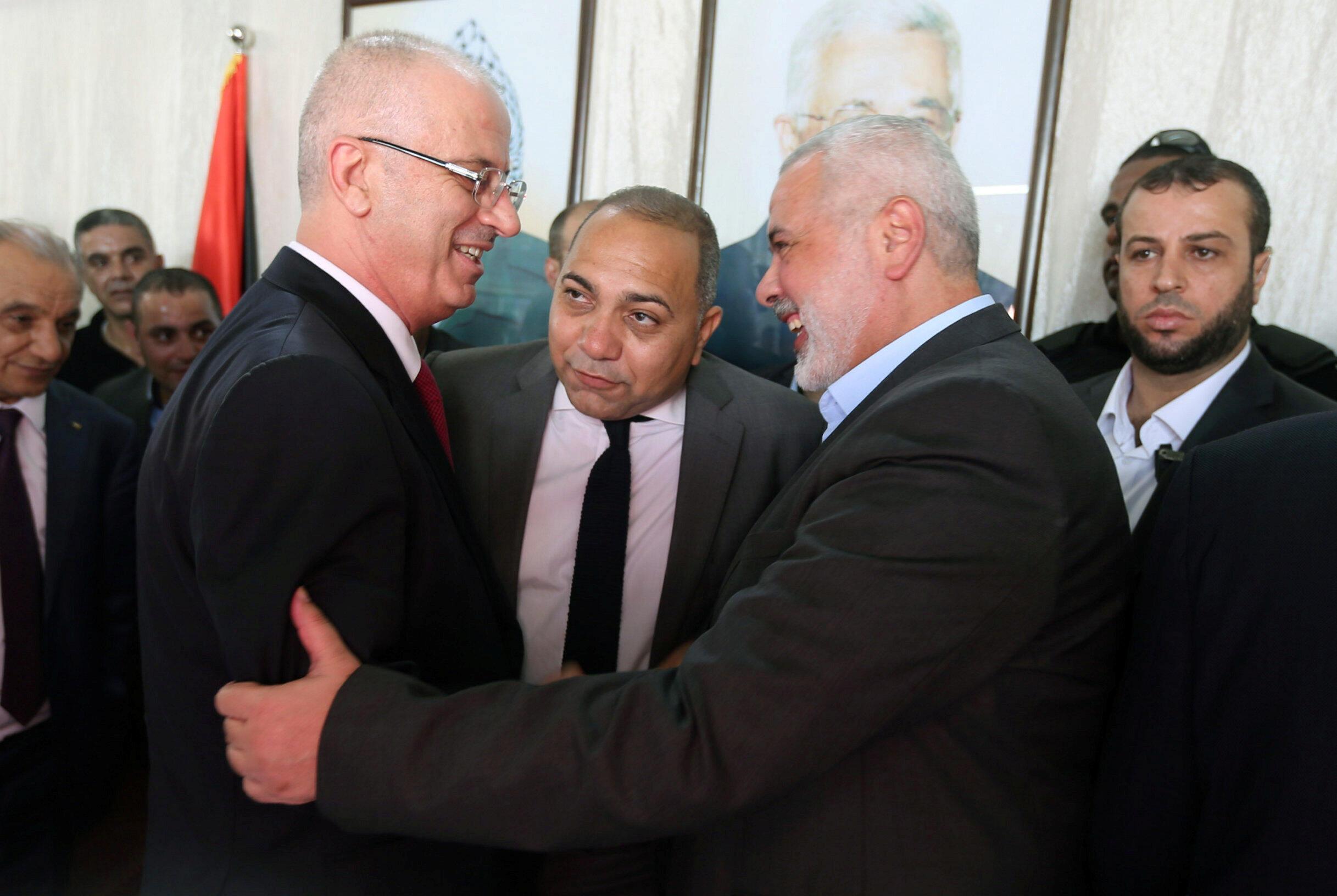 رامی حمدالله نخست وزیر فلسطینی و اسمعیل هنیه رهبر حماس دستان یکدیگر را در نوار غزه میفشارند