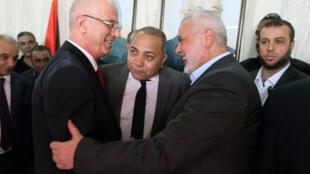 Primeiro-ministro palestino, Rami Hamdallah (esquerda) e o chefe do Hamas, Ismail Haniyeh, em Gaza, na última segunda-feira (2).