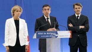 Le Premier ministre François Fillon (centre), la ministre du Budget Valérie Pécresse et le ministre de l'Economie et des Finances planchent sur les solutions pour réduire la dette française