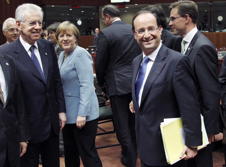 Премьер-министр Италии Марио Монти, канцлер Германии Ангела Меркель, президент Франции Франсуа Олланд и премьер-министр Финляндии Юрки Катайнен на саммите в Брюсселе 23 мая 2012 г.