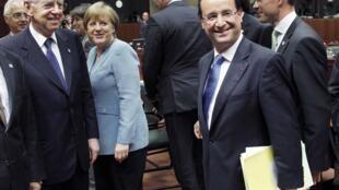 El primer ministro italiano Mario Monti, la canciller alemana Angela Merkel, el presidente francés François Hollande y el primer ministro finlandés Jyrki Katainen en Bruselas, este 23 de mayo de 2012.