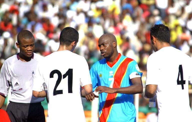 Le Congolais Youssouf Mulumbu entre deux joueurs libyens.