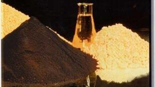 """O material denominado """"yellow cake"""" é utilizado para a fabricação de combustível nuclear e pode ser enriquecido para a produção de armas nucleares."""