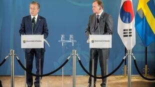 Tổng thống Hàn Quốc Moon Jae In (t) and thủ tướng Thụy Điển Stefan Lofven họp báo tại Saltsjobaden (gần Stockholm - Thụy Điển) ngày 15/06/2019.