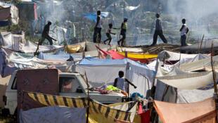 Suite aux destructions massives du tremblement de terre de 2010, des villes de tentes comme celle-ci subsistent encore. Alice Corbet consacre un chapitre du livre au camp de Corail-Canaan.