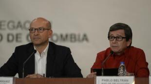 Chefe da delegação do governo Mauricio Rodriguez (Esq.) e da delegação do Exército de libertação nacional (ELN) Pablo Beltran no Ministério venezuelano dos negócios estrangeiros a 10 de Outubro de 2016.