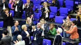 مجلس فدرال آلمان اصلاح بندی از قانون مدنی را به تصویب رساند که حق ازدواج رسمی و قانونی را برای همجنس گرایان تضمین می کند.