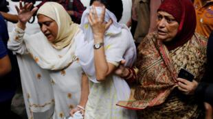 Mulheres choram após ataque a restaurante