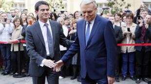 Jean-Marc Ayrault accueille Manuel Valls à l'hôtel Matignon, ce 1er avril 2014.