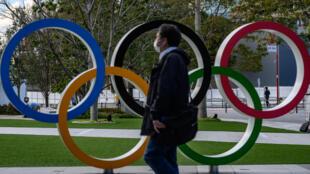 Les passionnés qui comptaient assister cet été aux Jeux olympiques de Tokyo-2020, reportés d'un an en raison du coronavirus, naviguent entre inquiétude et fatalisme