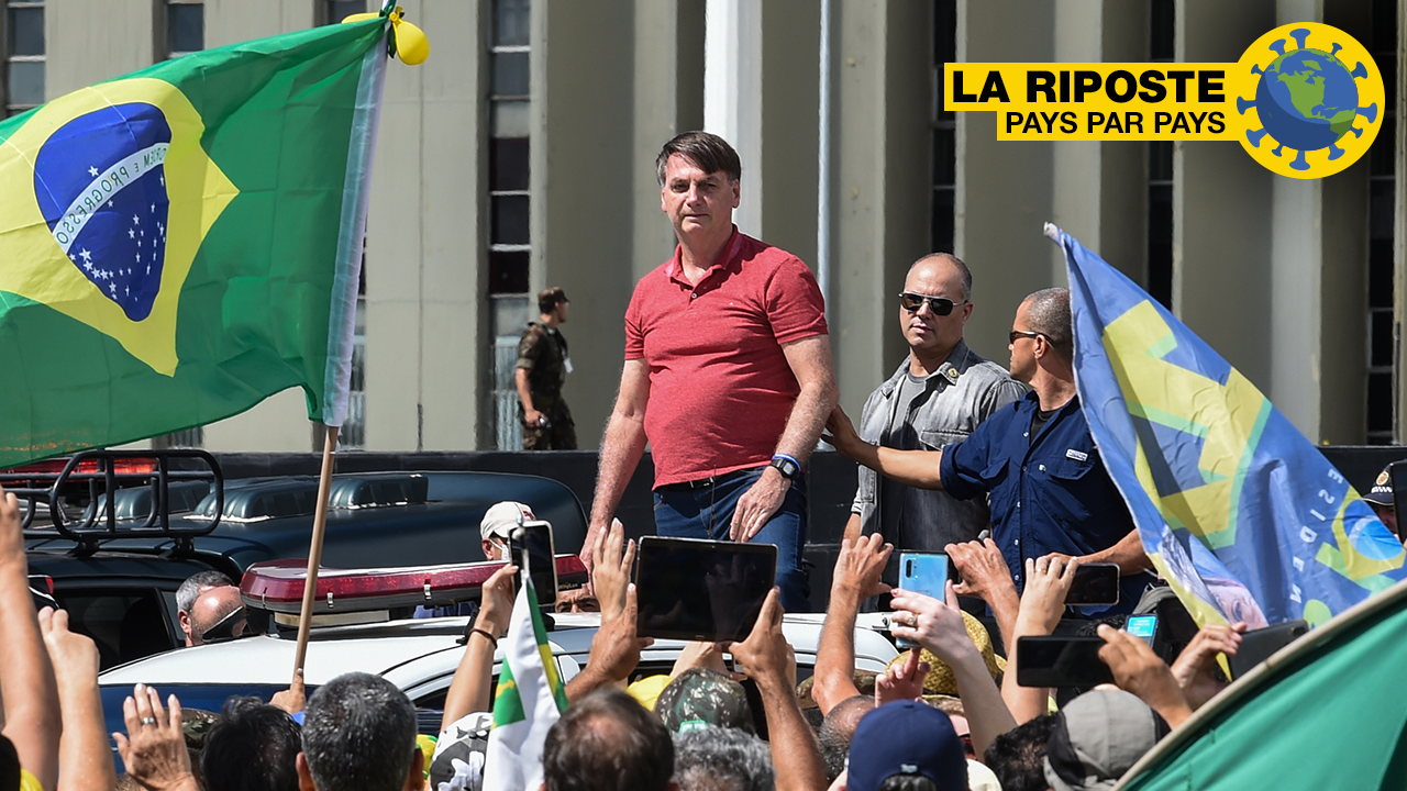 Le président brésilien Jair Bolsonaro s'apprête à prendre la parole devant ses partisans qui manifestent contre les mesures de confinement, à Brasilia, le 19 avril 2020.