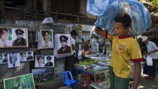 Rangoon, 3 décembre 2011. Posters d'Augn San Suu Kyi et de son père, le général Aung San, négociateur de l'indépendance de la Birmanie, en vente dans les rues de la ville.