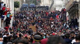 Des manifestants participent à Alger, à une manifestation pour marquer le deuxième anniversaire du Hirak, le mouvement de protestation de masse qui réclame un changement politique  en Algérie. Alger, le 22 février 2021.