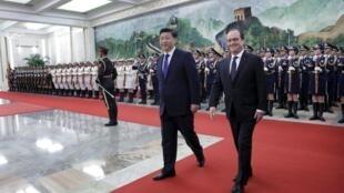 Rais wa China Xi Jinping (kushoto) akimpokea Rais wa  Ufaransa François Hollande (kulia) Kwa ziara rasmi ya siku mbili.