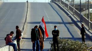 Manifestantes bloqueiam estrada, em Najaf, durante protesto contra o governo do Iraque no dia 23 de dezembro de 2019
