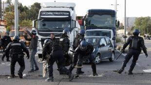 Refinaria é desbloqueada pela polícia no sul da França.