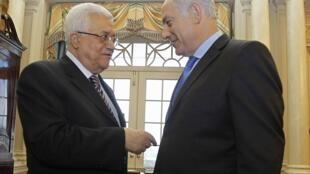 Le président palestinien Mahmoud Abbas (G) parle avec le Premier ministre israélien Benyamin Netanyahu (D) à Washington, le 02 septembre 2010