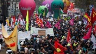 Theo nghiệp đoàn CGT, chỉ tính riêng tại Paris, có gần 250.000 người tham gia tuần hành chống cải tổ chế độ hưu bổng, ngày 05/12/2019.