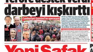 La Une du quotidien Yeni Safak le 1er novembre, après l'arrestation des journalistes de Cumhuriyet : « Ils ont soutenu le terrorisme, ils ont encouragé le putsch». A droite: «Les manchettes de la trahison».
