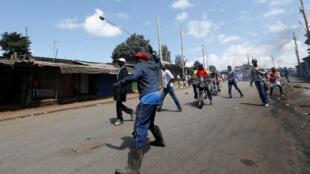Un protestataire de l'opposition jetant une pierre, durant la manifestation contre la Commission électorale, à Nairobi, le 6 juin 2016.