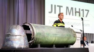 Le missile russe BUK endommagé présenté lors de la conférence de presse des enquêteurs internationaux aux Pays-Bas sur le vol MH17 abattu en Ukraine. Bunnik, le 24 mai 2018.