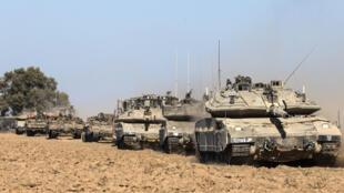 Des chars israéliens Merkava et un bulldozer D9 près de la frontière de la bande de Gaza, le 17 juillet 2014.
