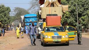 Des habitants et touristes quittaient en nombre la Gambie, le 18 janvier 2017. Photo prise à Seleki, dans la région de Ziguinchor, au Sénégal.