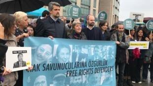 Des activistes turcs accusés par le pouvoir d'appartenir à plusieurs organisations terroristes à la fois.
