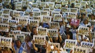 Dân Nhật biểu tình vì từ nhiều thập kỷ qua, họ vẫn gắn bó với tinh thần chủ hòa, được quy định trong Hiến pháp Nhật Bản - Reuters