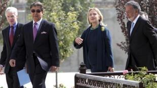 Ngoại trưởng Clinton và ngoại trưởng Afghanistan (P) đến dinh tổng thống Hamid Karzai, ngày 20/10/2011.