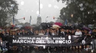 Fiscales y trabajadores judiciales marcharon en Buenos Aires para rendir homenaje al fiscal Alberto Nisman, 18 de febrero de 2015.