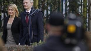 Джулиан Ассанж с одним из своих адвокатов Дженнифер Робинсон по прибытии в суд в Бельмарш