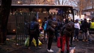 Эвакуация лагеря на северо-востоке Парижа.