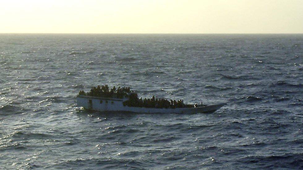 در سالهای اخیر، سفرهای خطرناک دریائی پناهجویان برای ورود به استرالیا،  بارها با حوادث تلخ واژگونی قایقها و از دست رفتن جان آنان همراه شد.