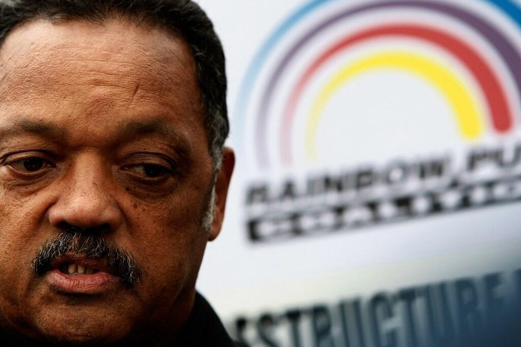 Le révérend et militant des droits civiques Jesse Jackson et le logo de son organisation «Rainbow PUSH Coalition» en arrière-plan, lors d'une conférence de presse en 2007.