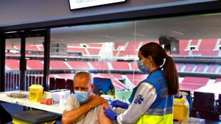 Un hombre recibe una dosis de la vacuna de AstraZeneca contra el covid-19 en un centro de vacunación ubicado en el estadio Wanda Metropolitano de Madrid, el 24 de marzo de 2021