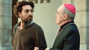 """Alvaro Ogalla (izquierda) protagoniza la película """"El apóstata""""."""