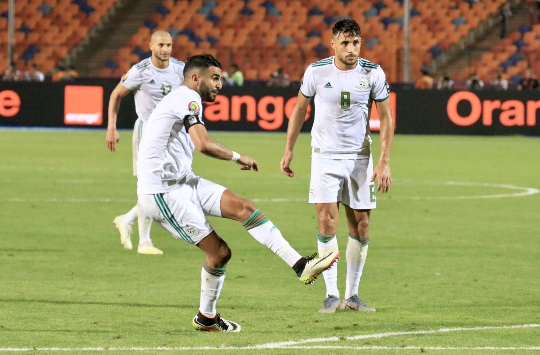 Riyad Mahrez yayin jefa kwallo ta biyu a ragar Najeriya, a wasan kusa da na karshen gasar cin kofin Afrika da aka tashi 2-1.