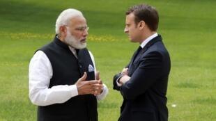 Tổng thống Pháp, Emmanuel Macron (P) và thủ tướng Ấn Độ, Narendra Modi trong sân vườn điện Elysée, Paris, ngày 03/06/2017.