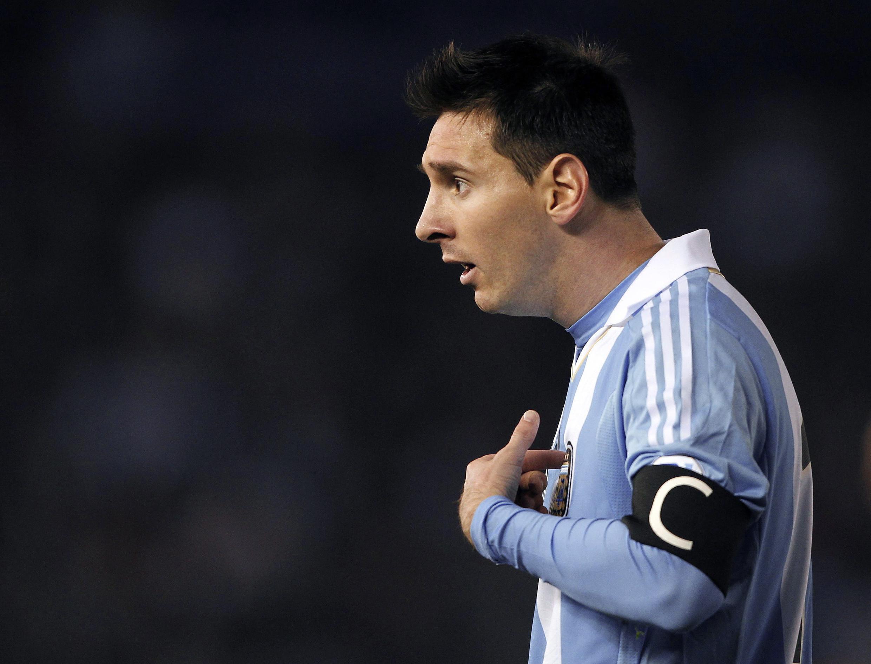 Zakaran kwallon Duniya Lionel Messi sanye da rigar Argentina a lokacin da suke karawa da Colombia a Buenos Aires.