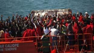 Des immigrants africains secourus par un bateau au large des côtes espagnoles, à Tarifa au sud de l'Espagne, en août 2014.