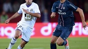 Le défenseur tunisien Aymen Abdennour face à l'attaquant suédois Zlatan Ibrahimovic.