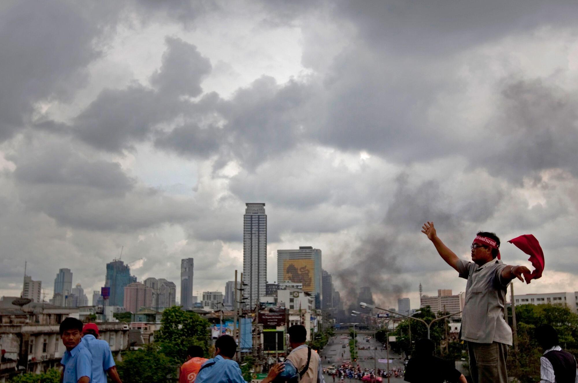 """Un grupo de """"camisas rojas en una avenida de Bangkok el domingo 16 de mayo."""