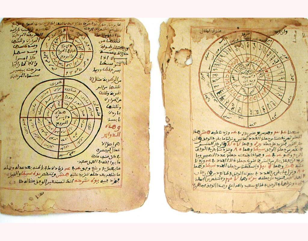 A Tombouctou, les manuscrits, des écrits précieux transmis de génération en génération, parlent de mathématiques, d'astronomie, de sciences et de bien d'autres sujets…