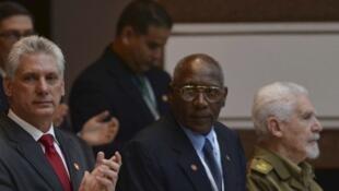 Le premier discours officiel du nouveau président cubain, Miguel Diaz-Canel (G) à l'Assemblée nationale à la Havane, le premier vice-président, Salvador Valdes Mesa (C) et vice-président, Ramiro Valdez, le 19 avril 2018.