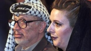 Yasser Arafat (L) with his wife, Suha