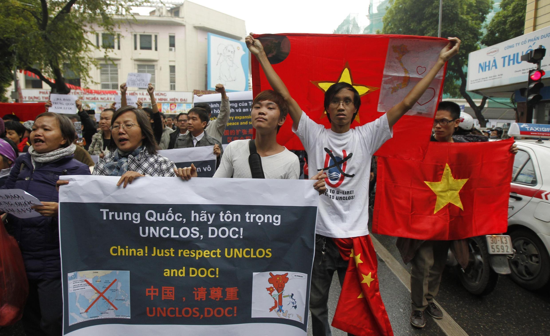Biểu tình tại Hà Nội ngày 09/12/2012 với khẩu hiệu đòi Trung Quốc tôn trọng Luật Biển Liên Hiệp Quốc.